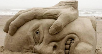 awesome_hand_face_sand_art
