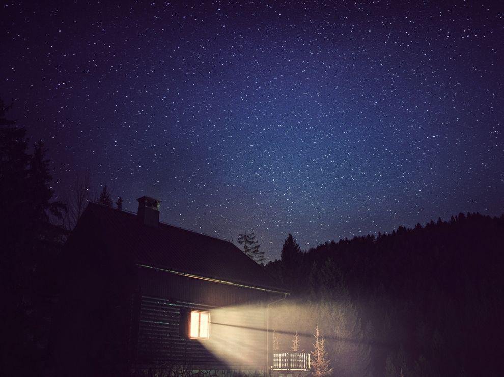 cabin-night-sky-croatia_73861_990x742